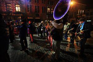 Orchestre suivant les gilles lors du carnaval de Binche - Belgique